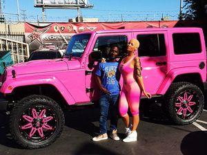 Mantan Penari Striptis Ini Jadikan Jeep Wrangler sebagai Panggung Aksinya