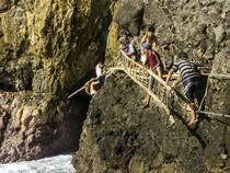 Melihat Aksi Pemetik Sarang Walet di Goa Laut Selatan