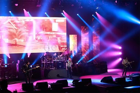 Konser Panggung Sandiwara God Bless Penuh Distorsi