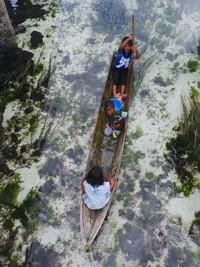 Perahu yang biasa mereka gunakan untuk pindah dari satu Rumah Tanjap ke tempat yang lain biasanya disebut Lepa Kaloko. Tampak anak-anak mendayung Lepa Kaloko (Bahtiar/detikTravel)