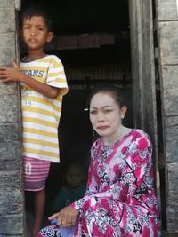 Para perempuan Bajo mengurus anak sambil menjaga kecantikannya. Saat kaum lelaki melaut, di rumah mereka menggunakan lulur ini untuk melindungi wajah dari sinar matahari (Bahtiar/detikTravel)