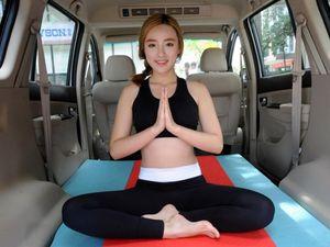 Wanita Cantik Ajari Yoga di Mobil