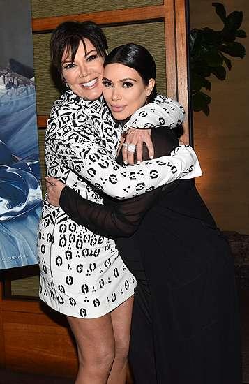 Kim Kardashian Pamer Perut Hamil