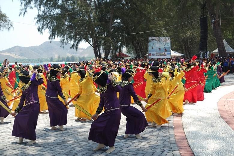 Tari - tarian lokal di festival Boalemo (dok. Kemenpar)