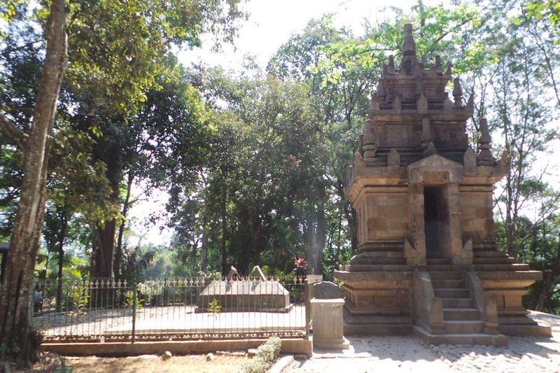 Candi Cangkuang dan makam Embah Dalem Arif Muhammad, seorang penyebar Islam, bisa ditemukan di Kampung Pulo, Cangkuang, Garut. Candi Hindu dan makam Muslim ini letaknya bernar-benar bersebelahan (Kurnia/detikTravel)