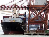 Melihat Kesibukan Bongkar Muat di Pelabuhan Priok