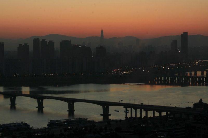 Seoul menawarkan pesona Sungai Han yang membelah kota. Sungai Han tampak semakin cantik dilihat dari gedung yang tersebar di sepanjang sungai (Andi Saputra/detikTravel)