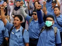 Buruh Demo di Depan Kantor BEI