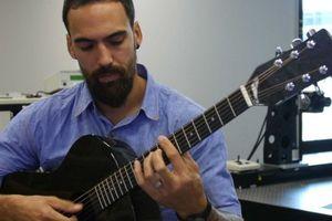 Mahasiswa Teknik UQ Ciptakan Gitar Akustik dari Suku Cadang Bekas Helikopter