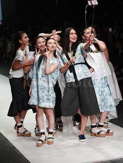 Begini Aksi JKT48 hingga Syahnaz Jadi Model Luna Maya di Catwalk
