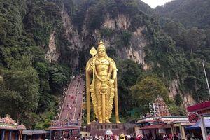 Mendaki 272 Anak Tangga Demi Indahnya Batu Caves di Malaysia