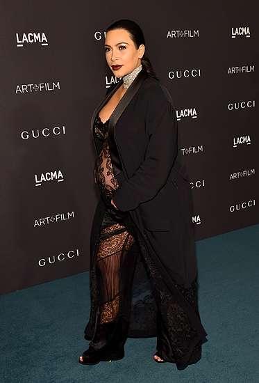 Hamil Besar, Kim Kardashian Seksi Berbaju Menerawang
