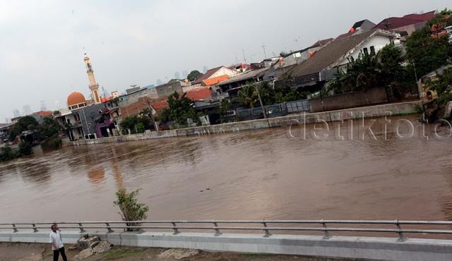 Debit Air Sungai Ciliwung Meninggi