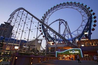 Keren! Bianglala di Jepang Ini Ditembus Roller Coaster