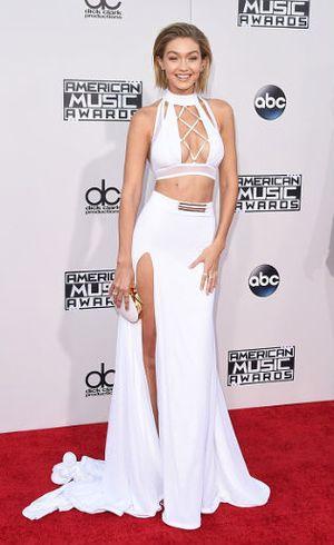 Penampilan Terbaru Gigi Hadid Berambut Pendek di American Music Awards