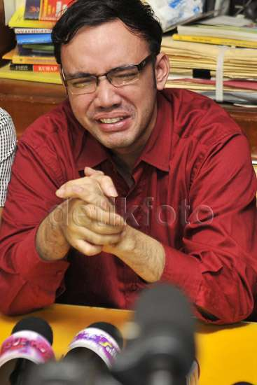 Digiring Polisi, Sandy Tumiwa Bercucuran Air Mata