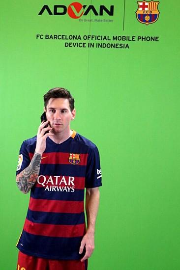 Messi menjajal Advan Barca i5A 4G LTE. Siahaan/Advan.