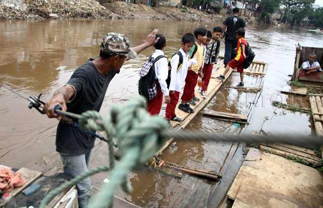Menyeberangi Sungai untuk Mengejar Cita-cita