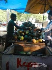 Mencicipi kelapa muda di Delhi
