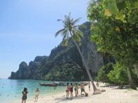 Phi Phi Don, pulau terbesar dan satu-satunya pulau yang berpenghuni di gugusan Kepulauan Phi Phi.