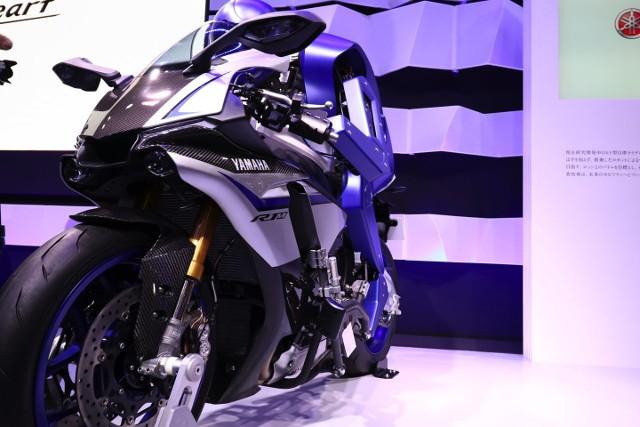 Sepeda motor ini dinamakan Motobot yang dapat berjalan sendiri dan dikendalikan oleh robot pengemudinya. (kredit foto: global.yamaha)