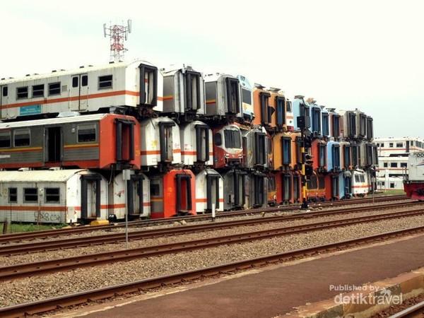 Jejeran bangkai gerbong kereta api di Purwakarta
