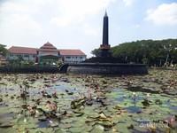 Kolam teratai yang mengelilingi tugu, di belakangnya adalah Balai Kota Malang