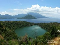 Keindahan Danau Ngade dengan background Pulau Maitara dan Pulau Tidore membuatku tak berhenti terkagum-kagum