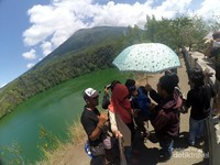 Para Laskar Gerhana asyik berfoto di Objek Wisata Danau Tolire Besar