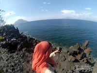 Objek Wisata Batu Angus. Selain menikmati batu- batu hitam yang tersebar disetiap sudutnya, kita juga disuguhkan pemandangan laut biru dengan gugusan pulaunya.