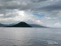Pemandangan Pulau Maitara dan Pulau Tidore yang biasa kita lilhat di uang kertas Seribu Rupiah.
