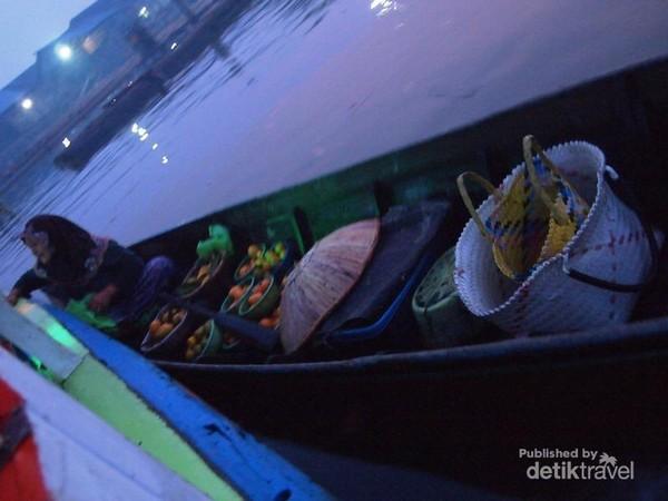 Seorang Ibu-Ibu Pedagang Menawarkan Buah-Buahan Kepada Konsumen di Kapal Kami