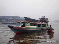 Travellers lain Sedang Menyusuri Sungai Barito Diiringi Pedagang di Sampingnya