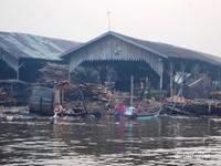Penduduk Setempat Mandi Cuci Kakus di Tepian Sungai