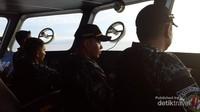 Petugas Bakamla sedang mengoperasikan kapal yang membawa tim detikcom dan Laskar Gerehana menuju lokasi Gerhana Matahari Total