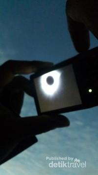 Gerhana Matahari Total diabadikan melalui kamera oleh salah satu petugas Bakamla