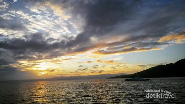 Pemandangan matahari terbit yang tersaji dari tengah laut Ternate
