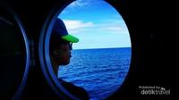 Seorang peserta dari laskar gerhana yang tertidur sambil menikmati segarnya udara di laut Ternate