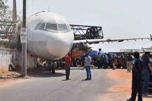Diangkut Pakai Crane, Pesawat di India Terjatuh Dari Ketinggian 18 Meter