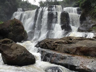 Liburan Beda ke Bandung, Trekking ke Curug Malela