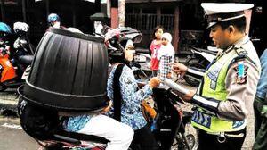 Ibu Ini Ditilang Polisi Karena Boncengkan Anaknya Pakai Helm Ember