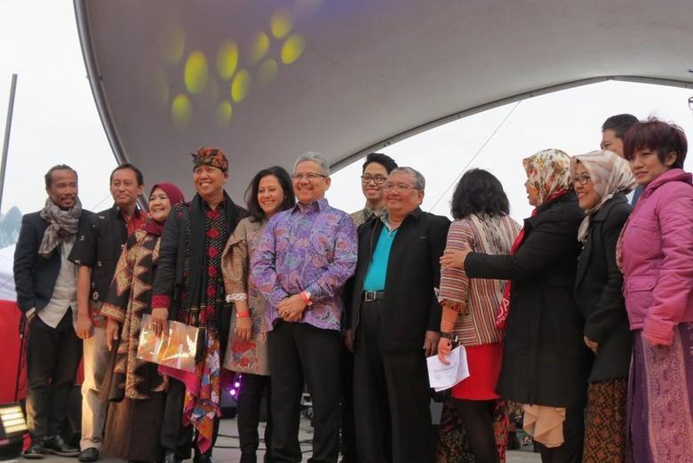 Rizal Sukma (batik ungu) dan panitia Indonesian Weekend (Fitraya/detikTravel)