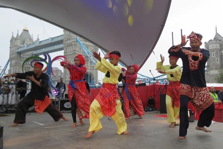 Aksi Cecep dan muridnya bermain silat di Indonesian Weekend (Fitraya/detikTravel)