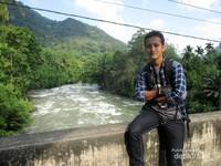 Saya berfoto dengan latar Sungai Asahan
