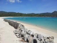 Pasir putih dan birunya air laut menambah keindahan Pantai Maluk