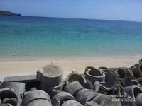 Dari pantai ini pengunjung dapat menikmati samudera yang luas yang terhampar di depan mata