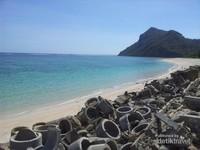 Karena posisinya berada di sebuah teluk, maka pantai ini memiliki air yang teduh dan tenang
