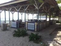 Di pantai ini juga tersedia tempat untuk menikmati hidangan makanan laut yang khas ala pantai maluk. Sangat sayang dilewatkan jika berkunjung ke Pulau Sumbawa