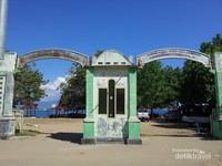 Sebelum memasuki area pantai ini terdapat 2 buah pintu gerbang yang bertuliskan Selamat Datang dan Terimakasih kepada tamu yang telah berkunjung ke Pantai Poto Balat