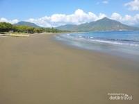 Pantai yang panjang berpasir cokelat adalah menjadi ciri khas dari pantai ini. Sangat dianjurkan mengunjungi pantai ini pada sore hari